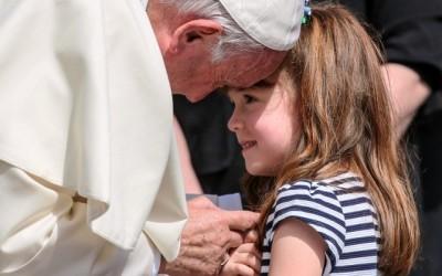 O Papa Francisco e a pequena Lizzy Myers, que sofre de uma doença genética rara