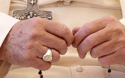 Papa pede aos fiéis que rezem o Terço todos os dias de outubro