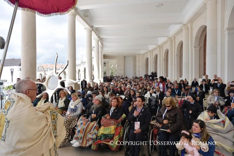 Peregrinação a Fátima: Saudação aos doentes no final da Missa