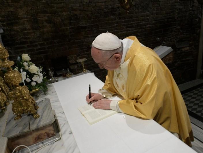 Papa assinou novo documento para os jovens
